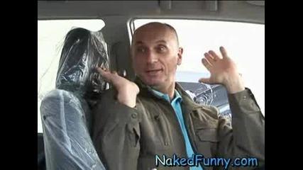 Голи и смешни - Продавачка на коли се съблича (29.06.08) (Високо качество)