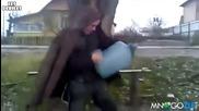 Луд руснак пали заредени туби с газ