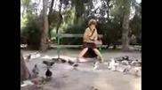 Луда Бабичка Убива Гълъбчета!!!