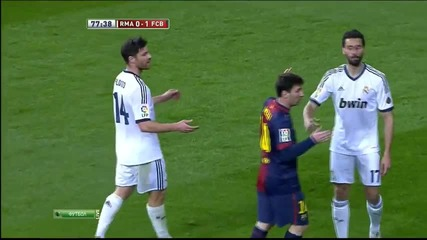 Messi получава 2 леки шамарчета от Арбелоа и Алонсо ! :d