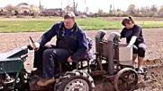 Изобретател засажда картофи в нивата си със самоделен трактор!