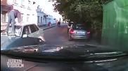 Побеснял мъж чупи с ритници предното стъкло на колата