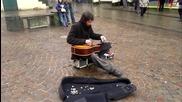 Талантлив уличен музикант !