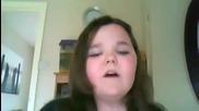 Момиче се опитва да пее (смях)
