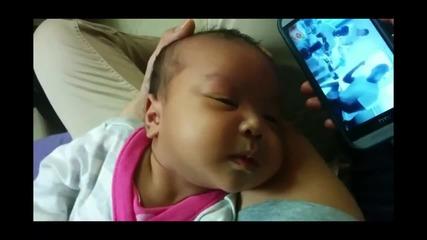 Бебче предпочита да спи на гангстерска музика