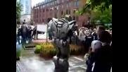 робот пърди и се орига пред хората
