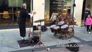 Уличен музикант показва номер с жонглиране по барабани!