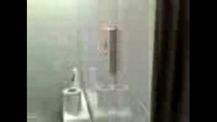 Заспал В Тоалетната