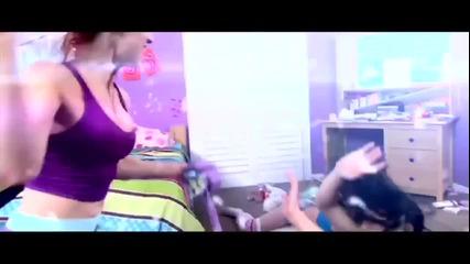 Най-якият женски бой с възглавници!!