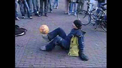 Момче владеещо топката много добре