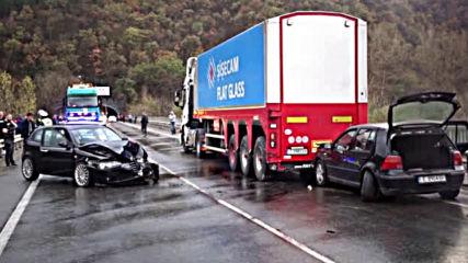 Верижна катастрофа затвори Е-79 край Благоевград, има пострадал