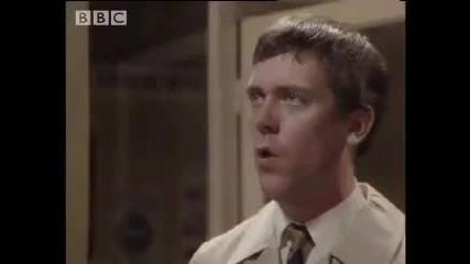 Funny Hugh Laurie Stephen Fry comedy sketch Your name sir - Bbc comedy (вашето Име Сър) (ахахах)