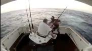 Уплашен от риба скача от лодката.