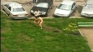 Луд Гол Руснак Скача по Колите и се Гаври с Хората