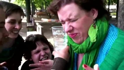Жена изпива чаша бира с ухото си