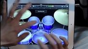 Човек свири на барабани на таблета си