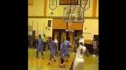 Младеж прави жестока забивка в детската баскетболна лига!
