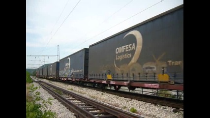 Дълъг товарен влак