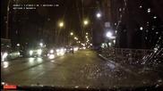 Момчета чупят колата на мъж с бейзболни бухалки