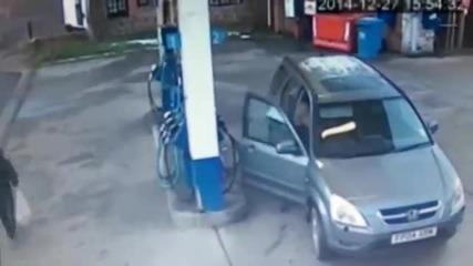 Смях ... Жена не може да намери капачката за зареждане на бензиностанцията