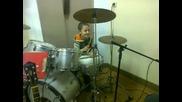 6 годишен свири на барабани