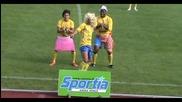 Футболист празнува гол, имитирайки Шакира