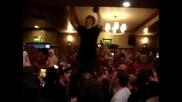 Тост за Бербатов, Фенове празнуват след мача Manchester United 7 - 1 Blackburn