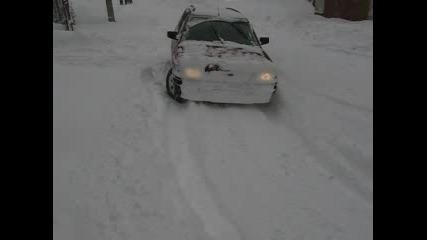 Кола Се Рови В Сняг