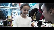 Антония Дари Свои Играчки за Коледната Кампания на Holiday Heroes