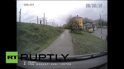 Полицаи преследват глиган по улиците на Рига