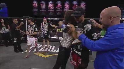 Момче предлага брак на приятелката си по време на боксов мач !