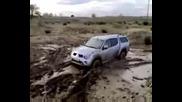Mitsubishi L200 излиза от калта