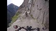 Майстори на моторите 101 ниво! А вие бихте ли карали по този опасен път ?