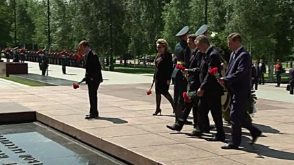 Russia: Putin lays wreath to commemorate WWII victims