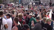 UK: Scuffles erupt between police and protesters rallying against COVID measures in London