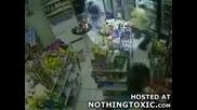 Гангстери почват да се стрелят в магазин! - смях