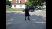 Мъж Танцува на Улицата и го Удря Камион за Сладолед