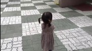 Малко момиченце се сърди на баща си, но не може да скрие усмивката си от сладките и обувчици :)