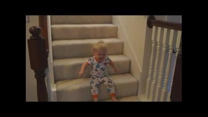 Как бебетата слизат по стълбите