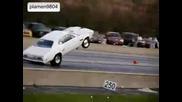 Драгстер се вдига на задни гуми.