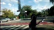 Колоездач звяр срещу паркирана кола на велосипедна алея
