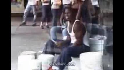 Луд уличен барабанист откачалник