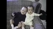 Бебе Хълца А Другото Му Се Смее