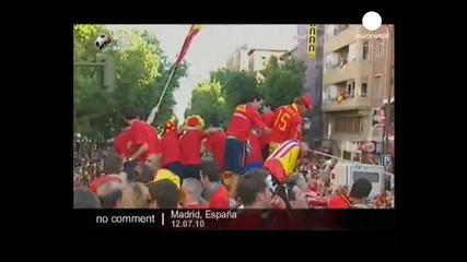 Испанските футболисти празнуват по улиците на Мадрид