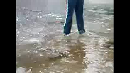 eto kak se vliza v zamrazeno ezero s tanak led smqh