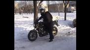 Руски рокер бърза да открие мотосезона!