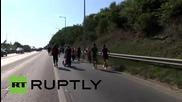 Унгария: Отчаяни бежанци започнаха своя дълъг марш към Германия