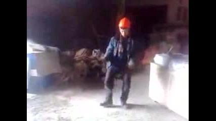 Руският Майкъл Джаксън се разкършва по време на работа