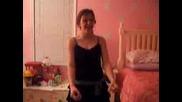 Момиче Танцува Пред Web Kamera