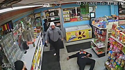 Продавач нокаутира нагъл клиент с 1 удар